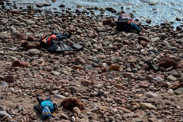 3 thi thể của người di cư trôi dạt trên bờ biển ở Canakkale, Thổ Nhĩ Kỳ sau một vụ đắm tàu hôm 30/1 (Ảnh: Getty)