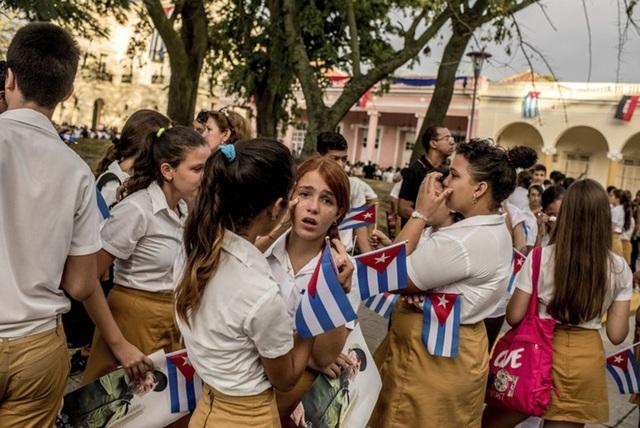 Trẻ em Cuba đau buồn trước sự ra đi của lãnh tụ Fidel Castro. Vị anh hùng kiệt xuất của cách mạng Cuba qua đời hôm 25/11 ở tuổi 90, để lại niềm tiếc thương vô hạn trong lòng người dân Cuba và những người yêu chuộng hòa bình trên toàn thế giới (Ảnh: NYT)