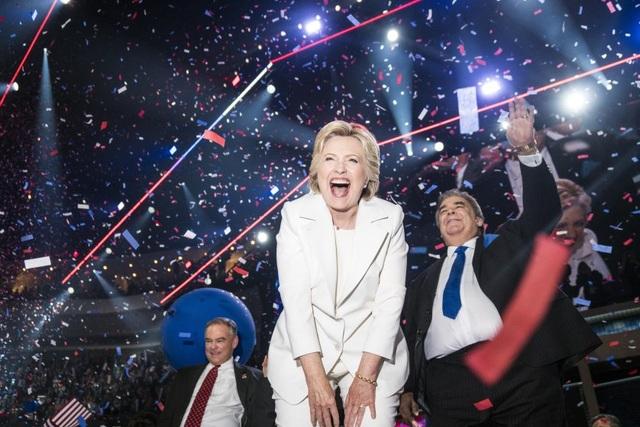 Bà Hillary Clinton ăn mừng chiến thắng tại đại hội toàn quốc đảng Dân chủ ở Philadelphia, Mỹ hôm 28/7 sau khi bà chấp nhận đề cử của đảng Dân chủ để trở thành ứng viên tổng thống của đảng ra tranh cử vào Nhà Trắng. (Ảnh: Time)