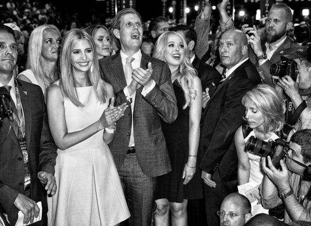 Gia đình tỷ phú Donald Trump chúc mừng ông tại đại hội toàn quốc đảng Cộng hòa ở Cleveland, bang Ohio hôm 19/7. (Ảnh: Time)