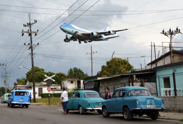 Chuyên cơ Không lực Một chở Tổng thống Barack Obama chuẩn bị hạ cánh xuống sân bay quốc tế ở thủ đô Havana của Cuba vào ngày 20/3. Ông Obama là tổng thống Mỹ đầu tiên đặt chân tới Cuba trong 88 năm qua, mở ra một giai đoạn mới trong quan hệ hợp tác giữa hai nước. (Ảnh: Reuters)