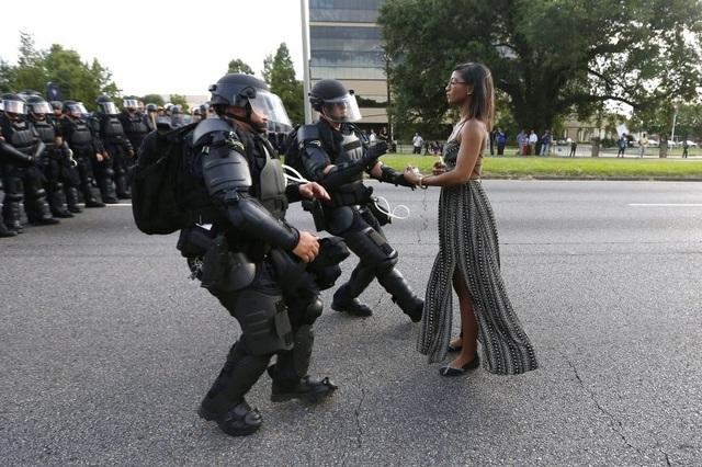 Các sĩ quan cảnh sát chặn một người biểu tình ở gần trụ sở cảnh sát Baton Rouge, bang Louisiana, Mỹ ngày 9/7 nhằm phản đối vụ hai cảnh sát bắn chết một người da màu tên Alton Sterling trước đó. (Ảnh: Reuters)