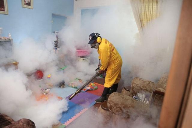 Một nhân viên tiến hành khử trùng ngăn ngừa virus Zika ở quận Carabayllo, thủ đô Lima, Peru ngày 29/1. (Ảnh: Eyevine/Redux)