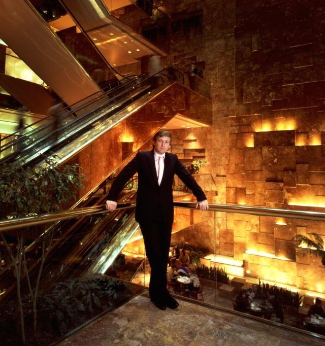 """Nhiếp ảnh gia Michael O'Neill, người đã chụp ông Trump tại New York để làm hình ảnh cho tạp chí Times Magazine vào năm 1984, cho biết: """"Đồ mạ vàng, vàng, sự kiêu hãnh… Ông ấy thích trang bìa này. Đó là lần đầu tiên ông ấy lên trang bìa của Times Magazine""""."""