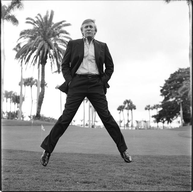 """Nhiếp ảnh gia Max Vadukul, người đã chụp ông Trump ở Mar-a Largo, Florida vào ngày 19/5/1997, cho biết: """"Đây là một trong số những bức ảnh """"bay lên trời"""" mà tôi đã chụp cho ông Trump. Có rất nhiều thông điệp trong bức ảnh này, đó là sự tỉ mỉ, phức tạp và mạnh mẽ trong uy quyền… Điều tôi thích ở bức ảnh này, mà nay đã thành một bức ảnh biểu tượng, là phong thái, sự thanh lịch và tự tin""""."""