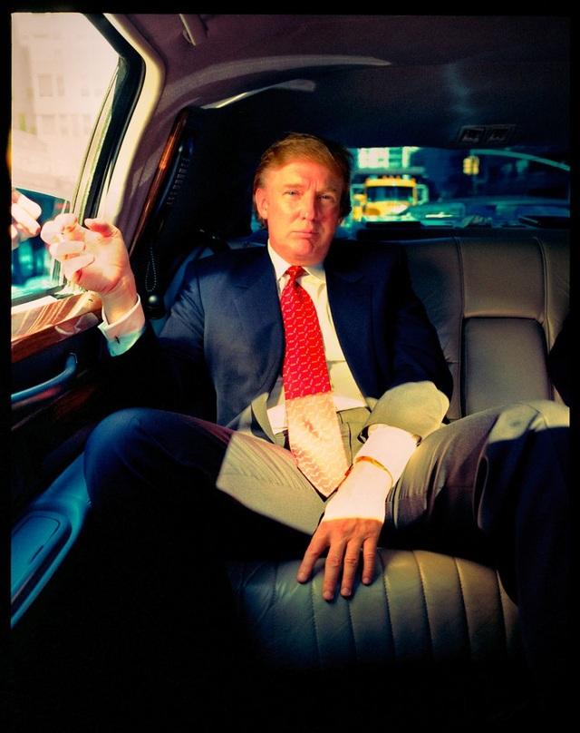 """""""Hãy nhìn xem, tôi nghĩ đây là bức chân dung đầy quyền lực của một ông trùm mà ngôn ngữ cơ thể của ông ấy cho thấy sự uy quyền, sức hấp dẫn và vẻ kiêu ngạo. Khoảnh khắc ông ấy ngồi trên chiếc limousine đã nói lên tất cả"""", nhiếp ảnh gia Tomo Muscionico nói về bức ảnh chụp ông Trump ở New York cho tờ Spiegel vào năm 1999."""