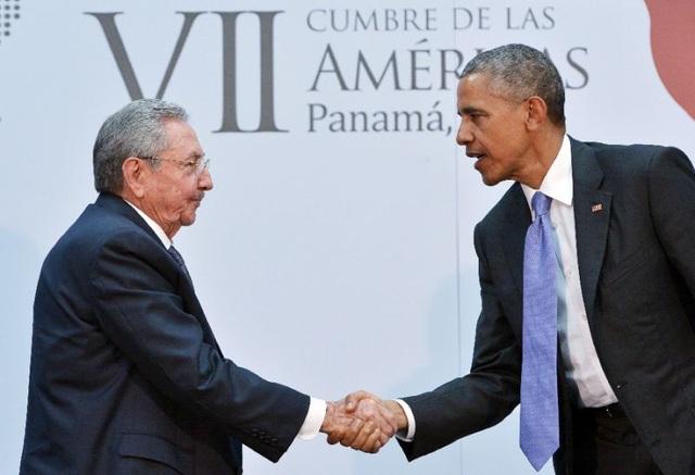 Tổng thống Mỹ Barack Obama (phải) bắt tay Chủ tịch Cuba Raul Castro tại hội nghị thượng đỉnh các quốc gia châu Mỹ năm 2015 tại Panama (Ảnh: AFP)