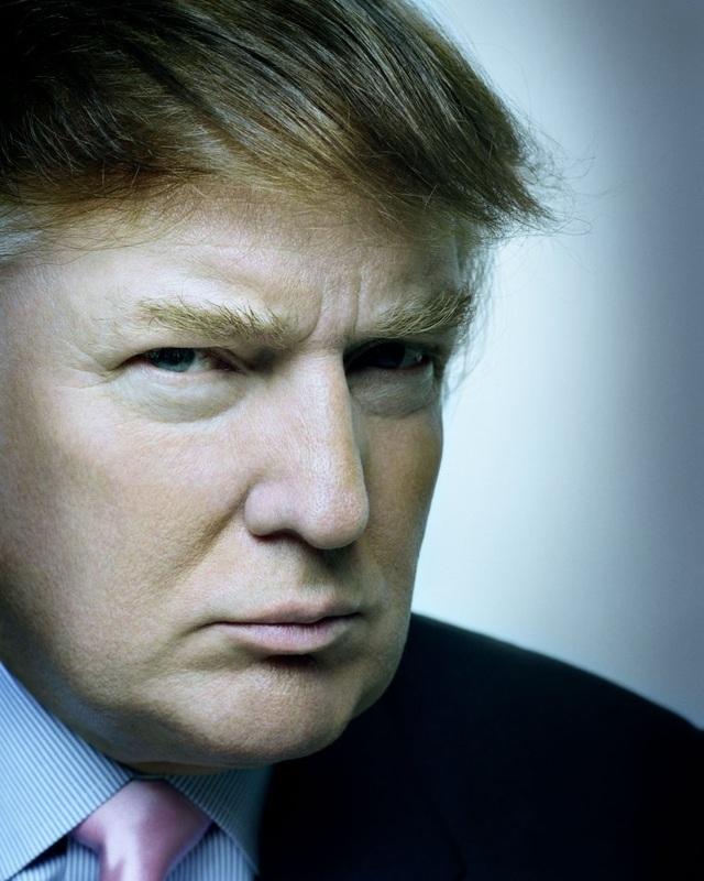 """Nhiếp ảnh gia Platon, người chụp ông Trump ở New York vào tháng 8/2003, cho biết: """"Tôi chụp ông Trump tại tháp Trump ở Manhattan. Ban đầu tôi đề nghị ông ấy nhìn thẳng vào ống kính nhưng ông ấy nói: """"Không, đây là góc mặt đẹp nhất của tôi"""", sau đó nghiêng mặt sang phía bên phải. Tôi đã nghĩ về khoảnh khắc này nhiều lần, và đối với tôi nó nói lên một vài điều thú vị về tính cách đặc biệt của một con người. Tôi cho rằng, ông ấy hiểu truyền thông. Ông ấy thoải mái với vỏ bọc của chính mình. Ông ấy hạnh phúc khi được chơi đùa với những bức ảnh và những bộ phim, kết quả là ông đã thể hiện được thương hiệu của riêng mình""""."""
