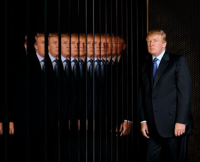 """Chris Buck, nhiếp ảnh gia chụp ông Trump ở thành phố New York cho tạp chí Philadelphia ngày 29/3/2006 chia sẻ: """"Bức ảnh này đã nhận được nhiều bình luận khi ông Trump ra tranh cử tổng thống Mỹ. Hầu hết mọi người đều nhìn thấy """"nhiều khuôn mặt của Donald Trump"""", nhưng tôi lại thấy nó như """"một người đàn ông tan vỡ"""". Nó phản ánh suy nghĩ của tôi nhiều hơn là của ông Trump""""."""