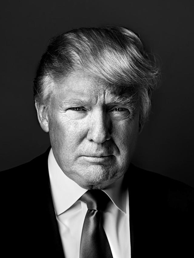 """Chia sẻ về bức chân dung chụp ông Trump tại New York vào ngày 5/4/2011, nhiếp ảnh gia Marco Grob nói: """"Bức hình này thực sự cho tôi thấy rằng ông Trump đang cố gắng kết nối với tôi ở phía sau ống kính. Nhưng sự kết nối của ông ấy rất lạnh lùng, tất cả chỉ xoay quanh công việc."""