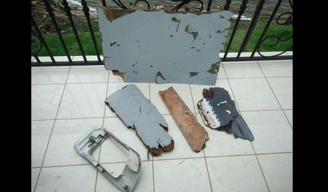 Blaine Gibson giao nộp các mảnh vỡ cho chính quyền Malaysia hôm 6/12 (Ảnh: Blaine Gibson)