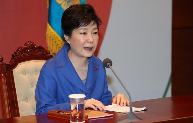 Tổng thống Park Geun-hye phát biểu trong cuộc họp nội các khẩn cấp tại Văn phòng Tổng thống ở thủ đô Seoul vào chiều nay 9/12 (Ảnh: Reuters)