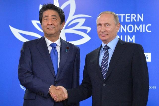 Tổng thống Nga Vladimir Putin (phải) và Thủ tướng Nhật Bản Shinzo Abe (Ảnh: AFP)