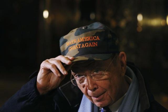 """Tỷ phú đầu tư Wilbur Ross - người đang được đồn đoán sẽ giữ chức Bộ trưởng Thương mại trong nội các của ông Trump. Nếu được bổ nhiệm, ông Wilbur Ross, nhà đầu tư nổi tiếng trong việc tái cơ cấu các công ty làm ăn thua lỗ, sẽ là một thành viên trong nội các """"tỷ đô"""" của ông Trump với sự góp mặt của nhiều tỷ phú."""