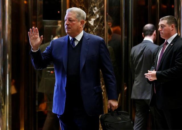 """Cựu Phó Tổng thống Mỹ Al Gore, người giành giải Nobel Hòa bình năm 2007, hồi đầu tháng này đã có cuộc gặp với Tổng thống đắc cử Donald Trump và con gái Ivanka để trao đổi về vấn đề biến đổi khí hậu. Trước đó, khi tham gia vận động tranh cử cho bà Hillary Clinton với tư cách là 2 thành viên cùng đảng, ông Gore đã cảnh báo rằng ông Trump có thể sẽ gây ra """"thảm họa môi trường"""" nếu đắc cử, sau khi tỷ phú New York kêu gọi Mỹ rút khỏi thỏa thuận về khí hậu toàn cầu được ký ở Paris năm 2015."""