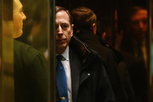 Cựu Giám đốc Cơ quan Tình báo Trung ương Mỹ (CIA) David Petraeus là người từng nằm trong danh sách ứng viên tiềm năng cho vị trí Ngoại trưởng Mỹ dưới thời ông Trump. Tuy nhiên, tân tổng thống đắc cử quyết định lựa chọn ông Rex Tillerson cho vị trí này.