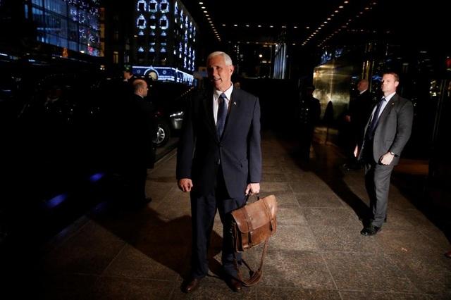 """Phó Tổng thống đắc cử Mike Pence, """"phó tướng"""" của ông Trump, trò chuyện cùng báo chí ở bên ngoài tháp Trump. Ông Pence, Thống đốc bang Indiana, là người đồng hành bên cạnh tỷ phú New York trong suốt chiến dịch tranh cử của ứng viên đảng Cộng hòa."""