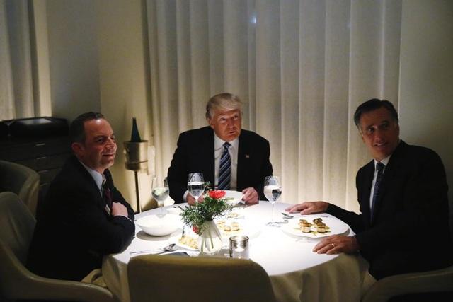 Tổng thống đắc cử Donald Trump ngồi ăn tối cùng cựu ứng viên tổng thống đảng Cộng hòa năm 2012 Mitt Romney và Chủ tịch Ủy ban Quốc gia đảng Cộng hòa Reince Priebus trong một nhà hàng tại tháp Trump hôm 29/11.