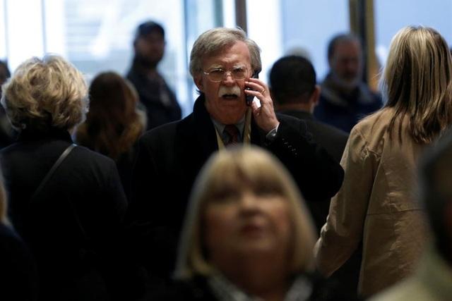 Cựu Đại sứ Mỹ tại Liên Hợp Quốc John Bolton tại tháp Trump. Một số nguồn tin từ đội ngũ chuyển giao quyền lực của ông Trump cho biết ông Bolton có thể sẽ được chỉ định làm Thứ trưởng Bộ Ngoại giao, dưới quyền của Chủ tịch kiêm Giám đốc điều hành Tập đoàn dầu khí Exxon Mobil, Rex Tillerson - người vừa được tân tổng thống đắc cử bổ nhiệm vào vị trí Ngoại trưởng hôm 13/12. Với vị trí số 2 ở Bộ Ngoại giao Mỹ, nhà ngoại giao kỳ cựu này sẽ đảm trách xử lý các công việc hằng ngày của bộ.