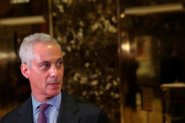 Thị trưởng Chicago Rahm Emanuel tại tháp Trump. Ông Emanuel là một trong những quan chức từng gửi thư cho Tổng thống đắc cử Trump kêu gọi ông không nên trục xuất người nhập cư trẻ tuổi.