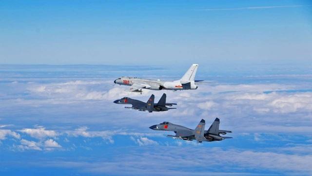 Máy bay ném bom H-6 và 2 chiến đấu cơ J-11 của Trung Quốc (Ảnh: SCMP)