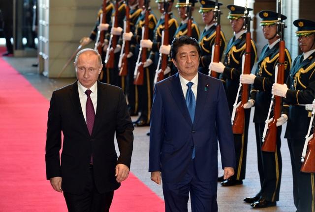 Tổng thống Vladimir Putin (trái) và Thủ tướng Shinzo Abe trong cuộc hội đàm hôm nay 16/12 (Ảnh: Reuters)