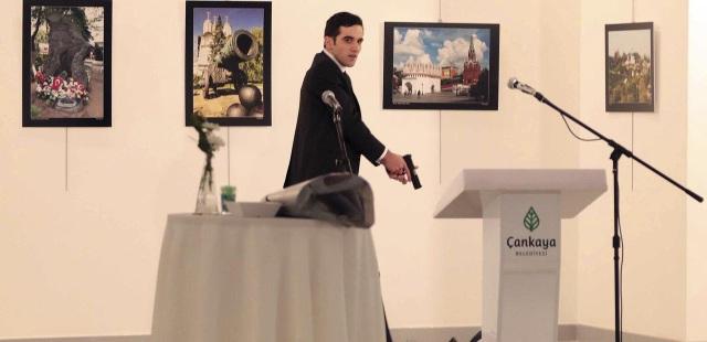 Nghi phạm Mevlut Mert Altintas tại phòng triển lãm ở Ankara, Thồ Nhĩ Kỳ tối 19/12 (Ảnh: Mic)