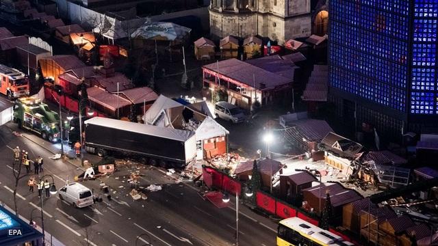 Hiện trường vụ tấn công tại khu chợ Giáng sinh ở Berlin, Đức tối 19/12 (Ảnh: EPA)