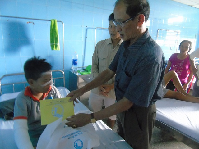 Quỹ bảo trợ trẻ em tỉnh Quảng Bình đã đến động viên thăm hỏi các em nhỏ là nạn nhân trong vụ nổ bóng bay