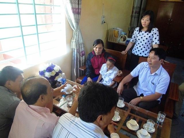 Sáng ngày 27/9, Quỹ Bảo trợ trẻ em tỉnh Quảng Bình cùng lãnh đạo huyện Quảng Ninh và các ban ngành của huyện Quảng Ninh đã trực tiếp đến Trường Tiểu học Vĩnh Ninh để thăm hỏi, động viên và tặng quà cho cháu Hà Dương T.T.