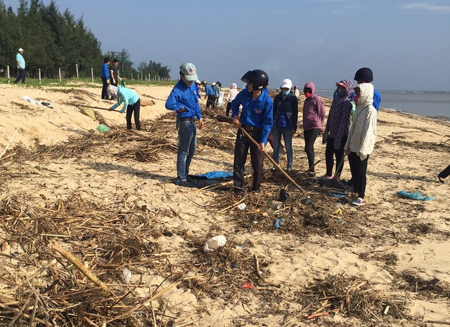 Rác thải khiến bãi biển Nhật Lệ bị ô nhiễm, ảnh hưởng đến mỹ quan, sinh thái