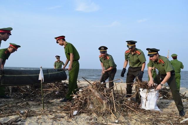 Các chiến sỹ công an tích cực thu gom rác thải