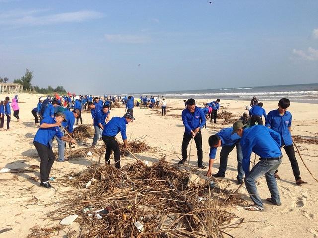 Trong những ngày qua đã có gần 2.500 đoàn viên thanh niên hưởng ứng lời kêu gọi làm sạch môi trường biển. Đây là hoạt động có ý nghĩa thiết thực thể hiện tinh thần xung kích tình nguyện chung tay vì môi trường xanh - sạch - đẹp.