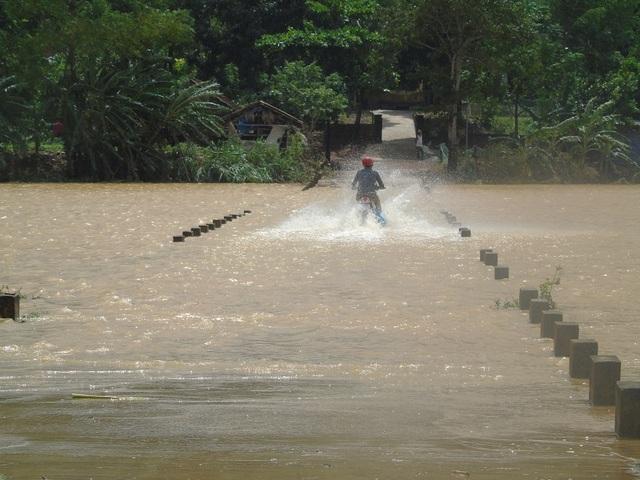 Con đường vào thôn 1 và thôn 2 Cù Lạc, xã Sơn Trạch, huyện Bố Trạch vẫn còn bị ngập gần 0,5m