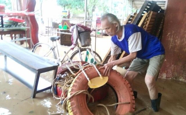 Phụ huynh học sinh Trường mầm non Văn Hoá giúp dọn dẹp, phụ ke bàn ghế và soạn sửa lại để giúp trường sớm ổn định tình hình