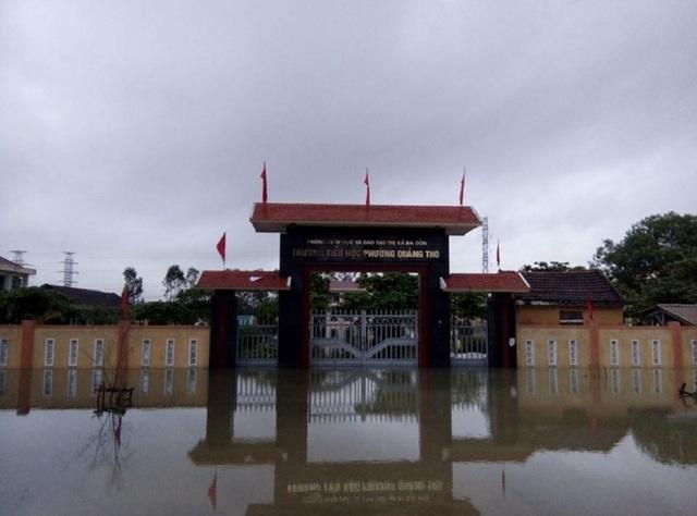 Trường tiểu học phường Quảng Thọ, TX Ba Đồn chìm trong nước lũ