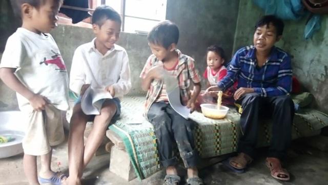 Chính quyền địa phương xã Thượng Hóa làm mọi cách để dân bản không bị đói vì nước lũ chia cắt. (Ảnh: H.P)
