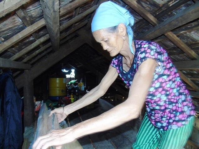 Đã nhiều ngày nay, người dân Tân Hoá phải sống trên trần nhà (Ảnh: Đặng Tài)