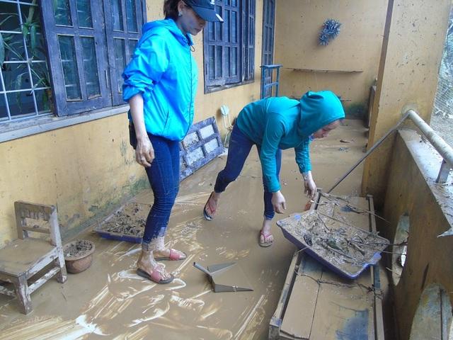 Trường học bùn đất nhầy nhụa (Ảnh: Tiến Thành)