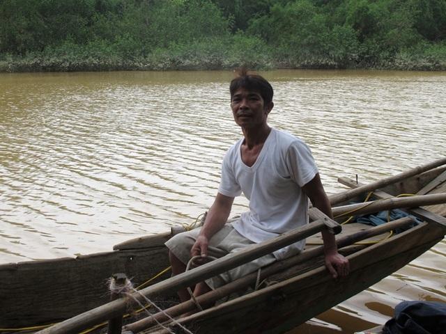 Người hùng Hoàng Văn Tâm trên chiếc thuyền cứu sống 15 người trong cơn lũ dữ (Ảnh: Phú Dương)