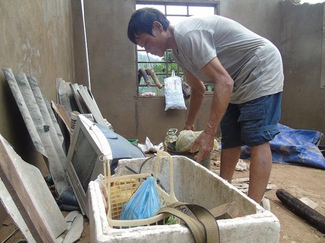 Lũ đã khiến căn nhà của anh Du đổ sập hoàn toàn, bao nhiêu tài sản cũng bị lũ cuốn trôi và hư hỏng hết (Ảnh: Tiến Thành)