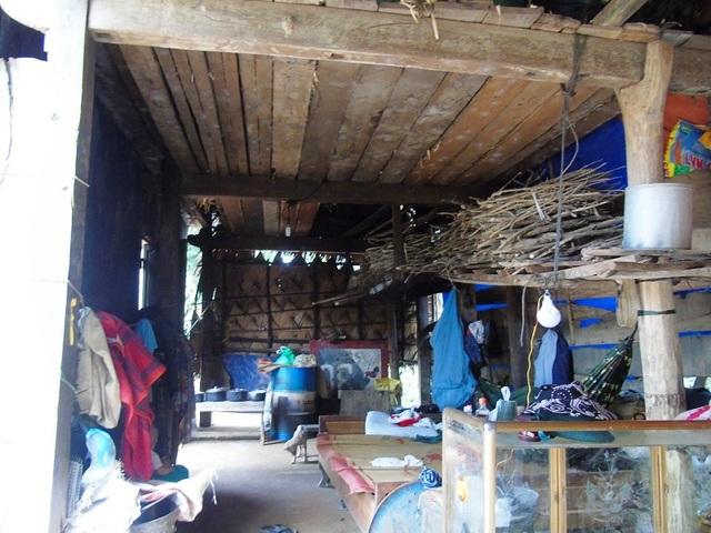 Lũ đi qua, gia đình anh Du đành phải cố gắng dựng lại căn nhà bếp làm nơi ở tạm (Ảnh: Đặng Tài)