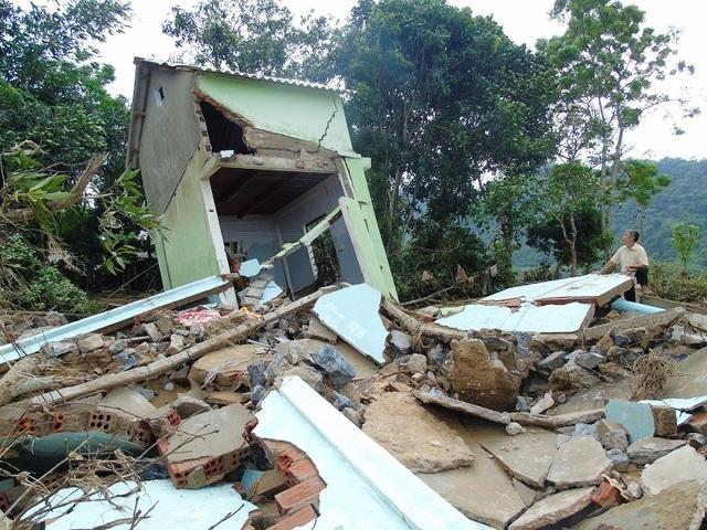 Cơn lũ đã khiến căn nhà của chị Thành hư hỏng nặng, nghiêng về một bên không thể sử dụng được nữa. (Ảnh Tiến Thành)