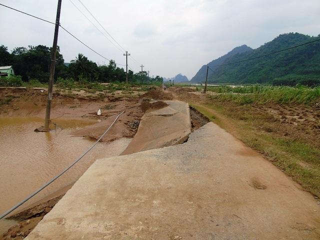 Con đường dẫn vào xã Thuận Hoá bị lũ xé toang (Ảnh: Tiến Thành)