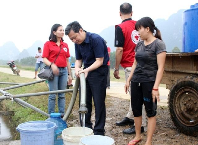 Kiểm tra hệ thống máy lọc nước sạch tại xã Tân Hóa. (Ảnh Báo Quảng Bình)
