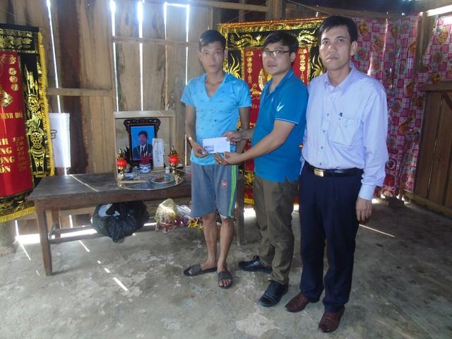 PV Dân trí cùng ông Đinh Minh Hương, Phó Chủ tịch UBND huyện Minh Hóa trao tiền hỗ trợ gia đình nạn nhân Đinh Văn Thưởng