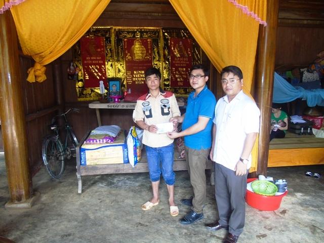 PV Dân trí cùng lãnh đạo địa phương đến thăm hỏi, trao tiền hỗ trợ cho gia đình nạn nhân Thái Xuân Năng.