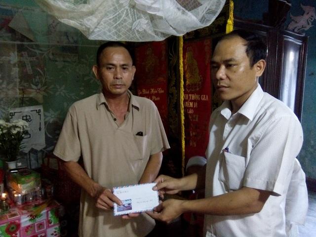 Lãnh đạo Mặt trận Tổ Quốc Việt Nam thị xã Ba Đồn trao tiền hỗ trợ của Báo Dân trí cho gia đình hai cha con nạn nhân Nguyễn Văn Hà và Nguyễn Thị Kiều Linh