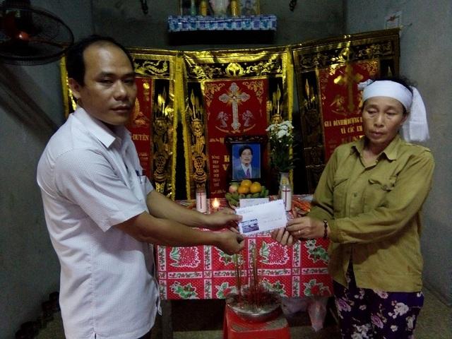 Trao tiền hỗ trợ cho hai gia đình nạn nhân Nguyễn Văn Thương.