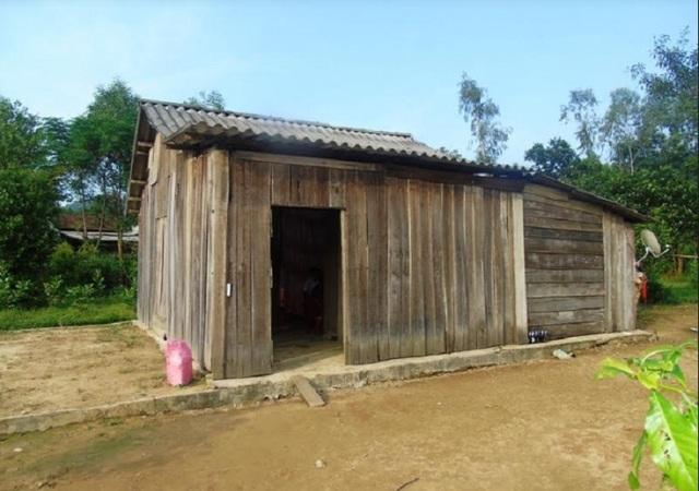 Căn nhà gỗ lụp sụp, trống trải và đầy tang thương của gia đình anh Đinh Văn Thưởng tại xã Hóa Hợp. (Ảnh Đặng Tài)